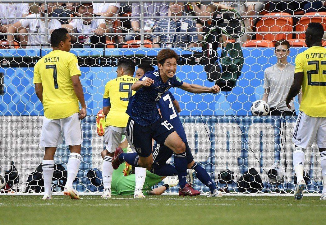 日本2比1擊敗哥倫比亞,日本隊球員大迫勇也(前)在比賽中慶祝進球。 新華社