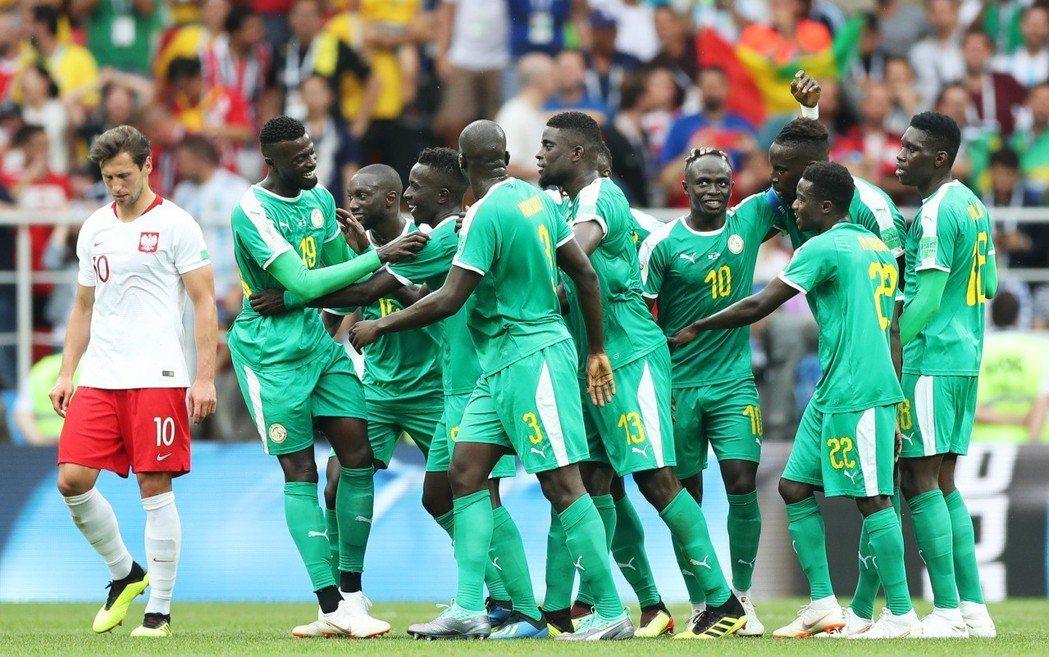 塞內加爾踢贏波蘭,在比賽中慶祝進球。 新華社