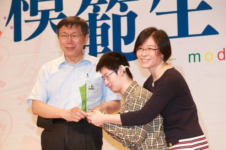 2015年,台北市長柯文哲(左)出席「台北市104學年第1學期公私立國民小學模範...