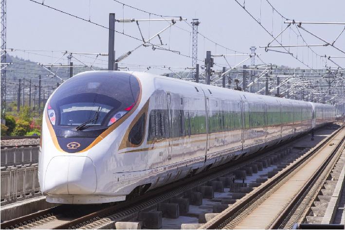 中國「復興號」高鐵最高運行時速達350公里,是全世界最快的商業營運鐵路之一。 圖...