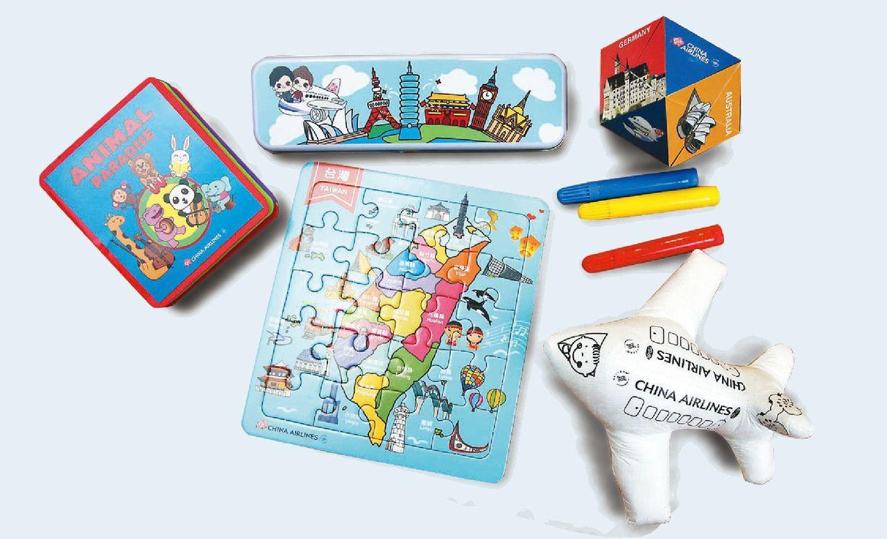 華航機上兒童玩具,有飛機造型的可畫畫的飛機,有可愛的鉛筆盒等。