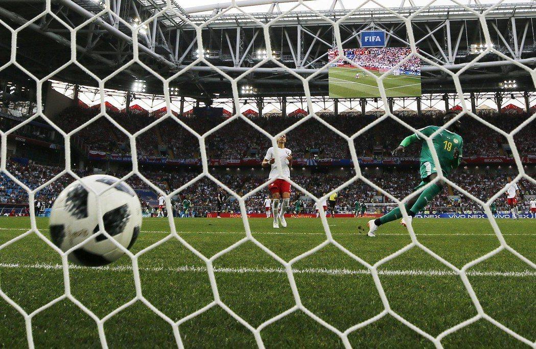讓對手空門進球,波蘭發生2018世足賽開幕至今最難堪的一記失誤。 歐新社