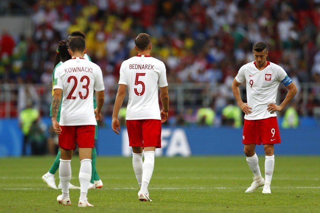 中場供輸出狀況,波蘭全能神鋒萊萬多夫斯基(右)也獨木難撐大局,低頭面對輸球結局。...