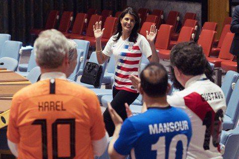 資料圖片:世界盃期間,美國駐聯合國大使哈利(中)與各國大使在安理會議事廳內踢足球...