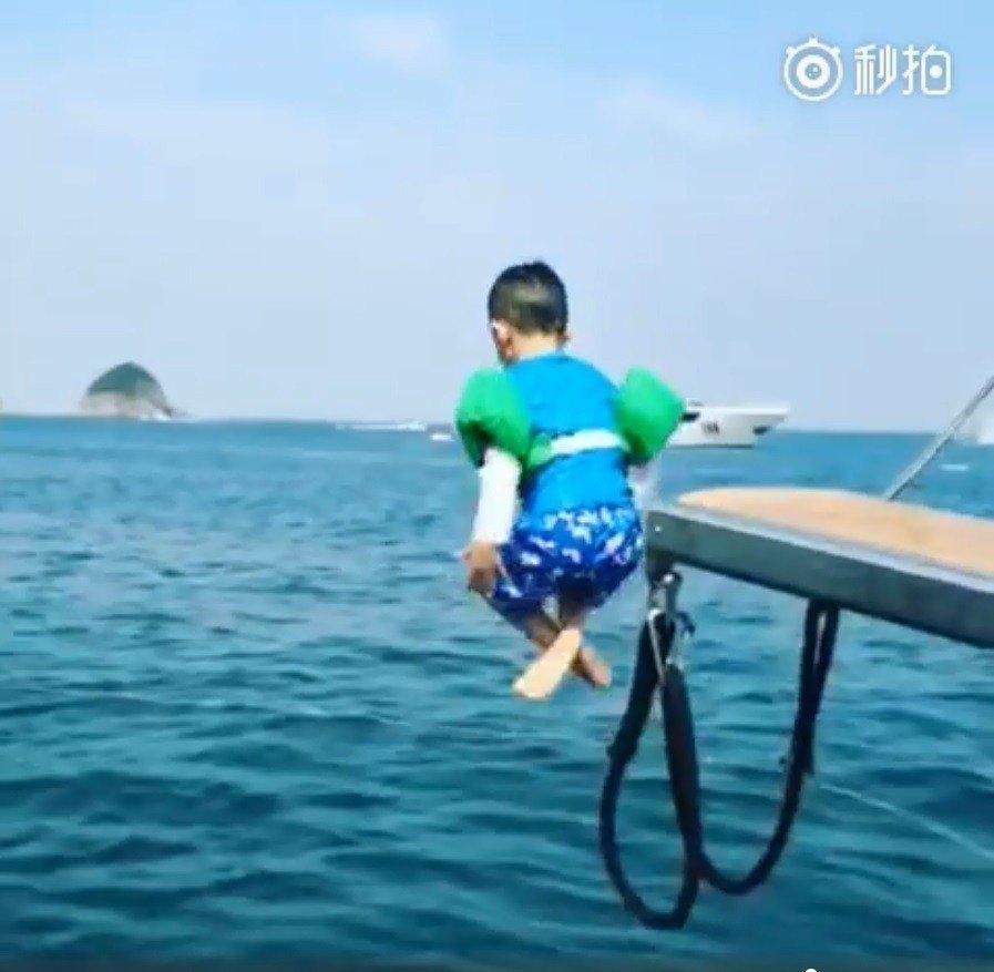 應采兒分享Jasper跳海影片。圖/擷自秒拍