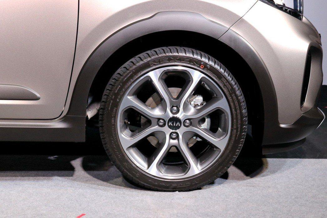 高質感黑銀雙色削切的專屬16吋鋁合金輪圈。 記者陳威任/攝影