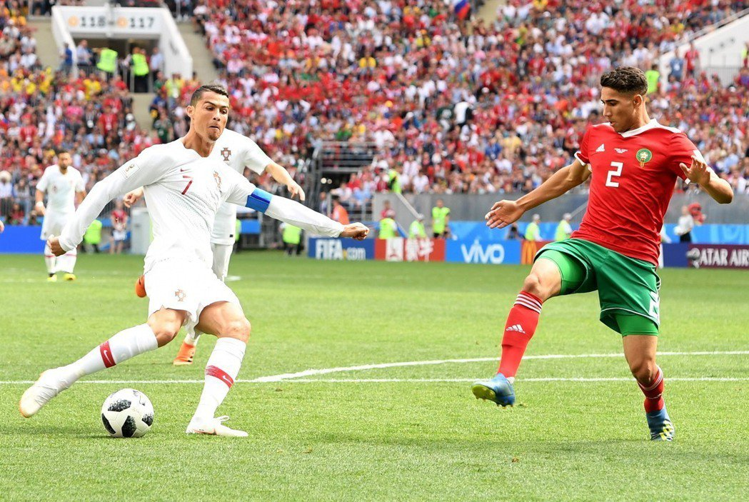 摩洛哥(右)兩場比賽的場面均占據優勢壓著對方打,但運氣實在背,二連敗成為本屆世界...