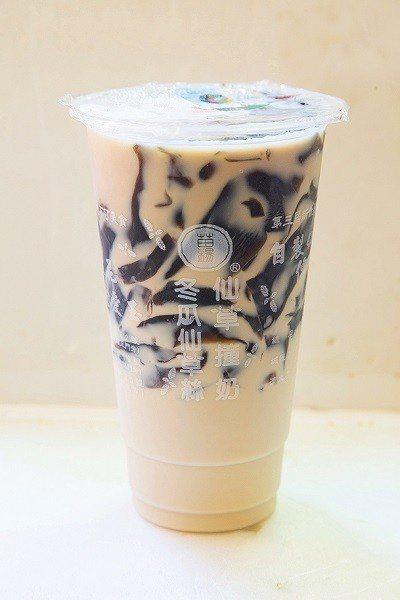 仙草撞奶65元/大/仙草加上鮮奶的超人氣組合,另有加粉圓、綠豆的多重選擇。