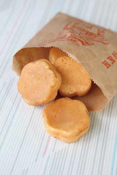 梅花雞蛋糕5元/個/雞蛋糕要稍微放涼之後吃,吃起來酥酥脆脆的,香氣十足。