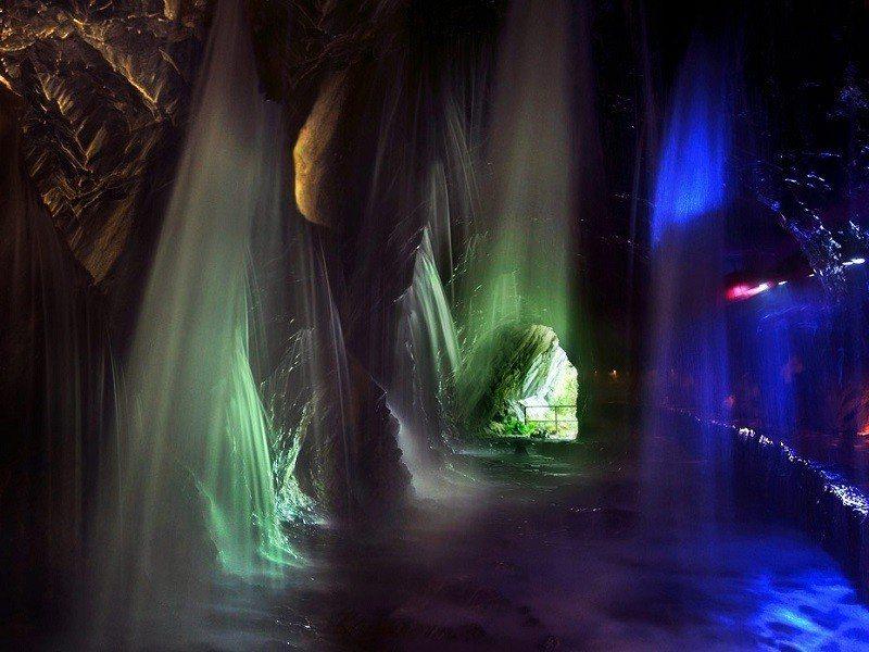 (圖/花東縱谷國家風景區、交通部觀光局提供) ▲水濂洞在燈光的變化下,充滿奇幻色...