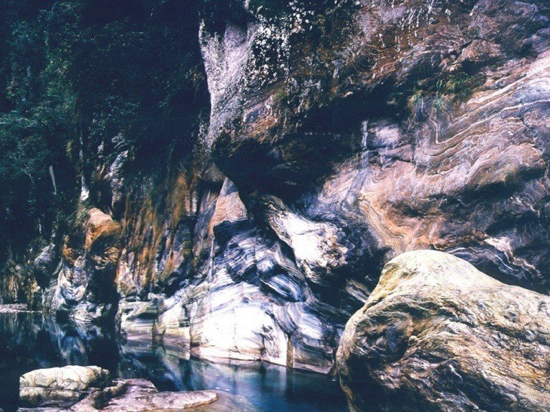 (圖/花東縱谷國家風景區、交通部觀光局提供) ▲鬼斧神工的陡峭岩壁