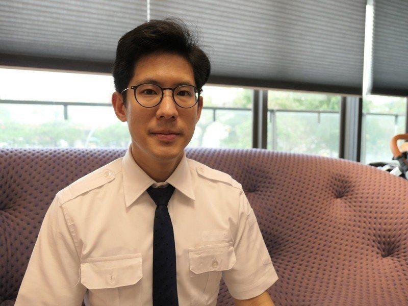 不願自我侷限出路,葉家成憑英語力赴美國航校,成功轉跳機師。(照片提供/葉家成)