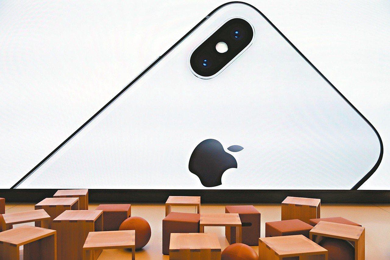蘋果新iPhone備受關注。外媒報導,今年兩款OLED版iPhone供應鏈備貨提...