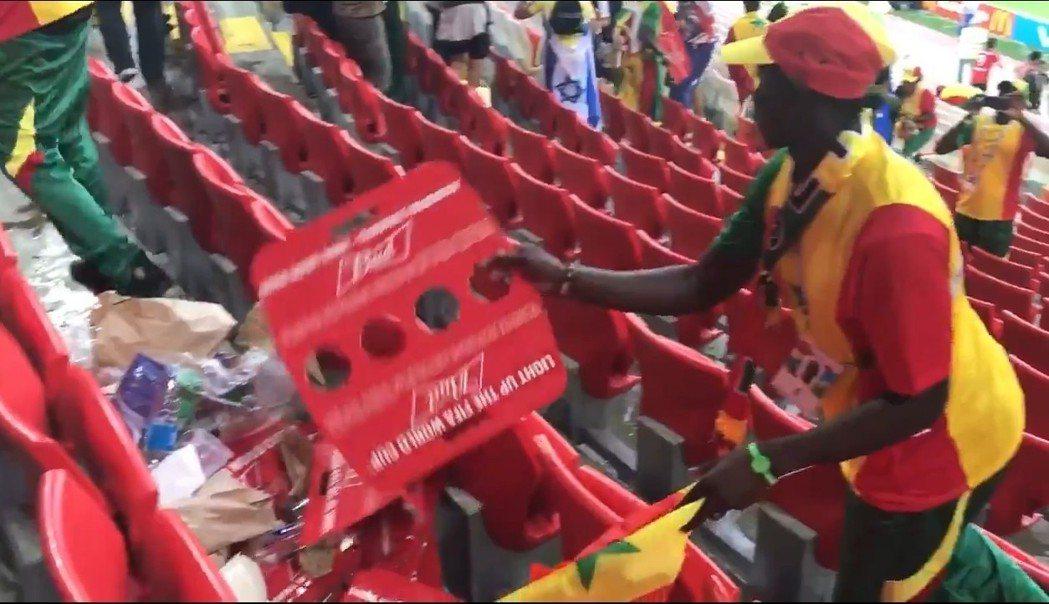 塞內加爾球迷也沒有被勝利沖昏頭,離場前把周遭的垃圾集中,方便工作人員清理。圖/截...