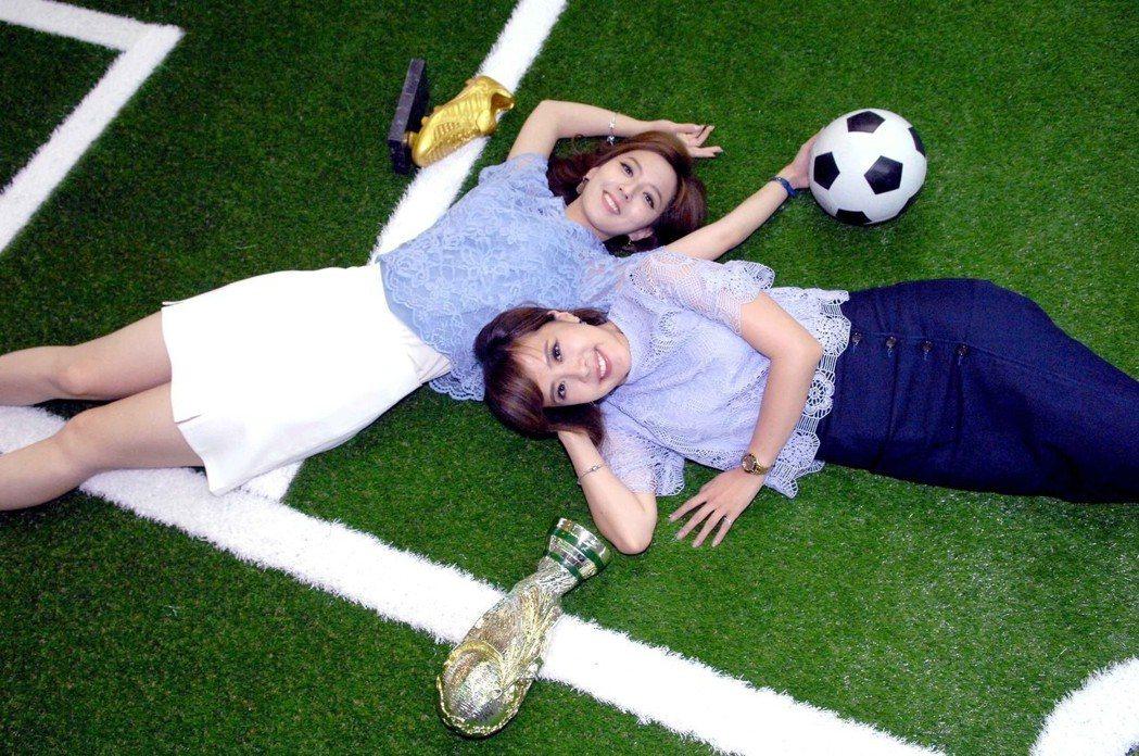 房業涵(左)和朱培滋躺在人工草皮上拍照。圖/華視提供