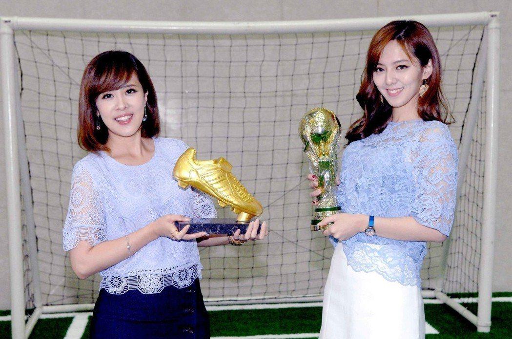 朱培滋(左)和房業涵開心捧世足金杯等紀念物拍照。圖/華視提供