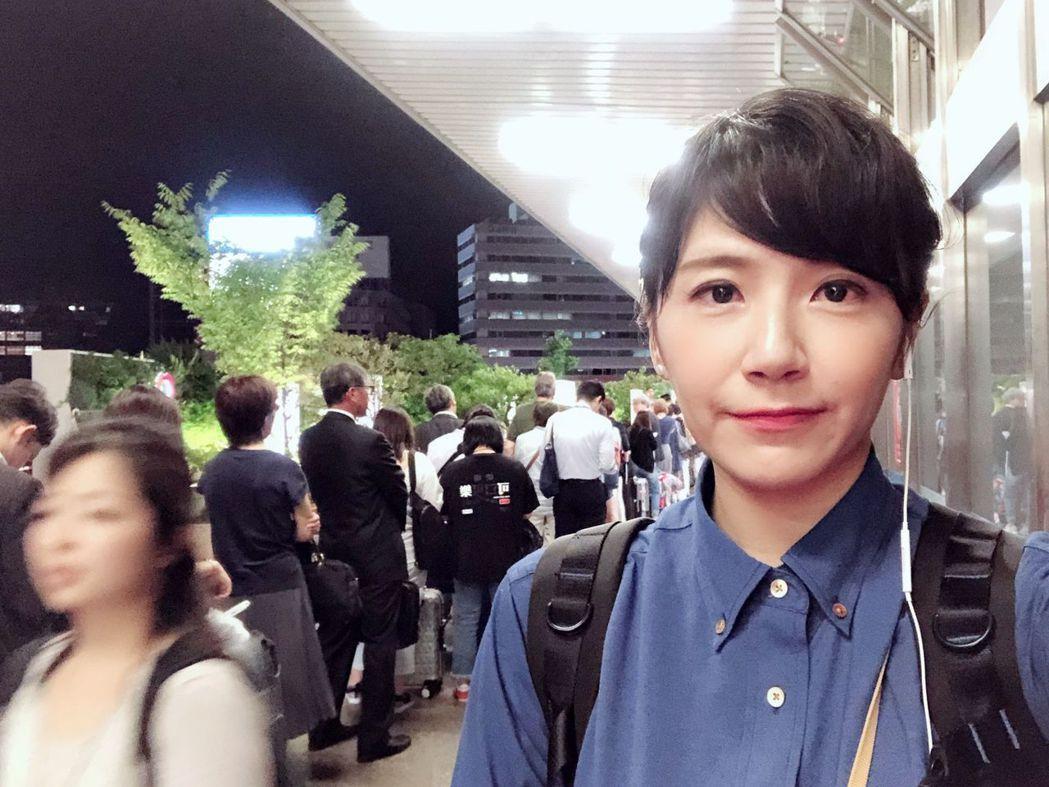 強震發生後,鄭亦真隻身前往大阪,獨家直擊大阪車站因地鐵暫停營運,上百人排隊搶搭計
