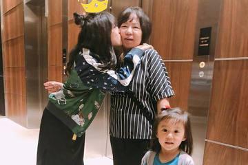 賈靜雯幫大女兒「梧桐妹」Angel慶祝13歲生日,一家人團聚,也讓網友想起二女兒咘咘在「媽媽是超人」節目中一句:「Angel夏天會回來顧我們。」錄製節目時,Angel在國外讀書,但不時和賈靜雯通話、...