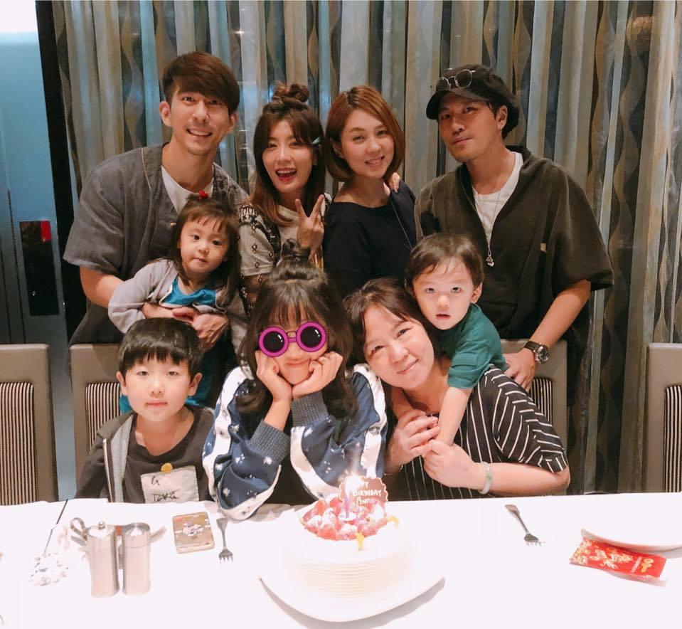 賈靜雯一家人齊聚幫Angel慶生。圖/摘自臉書