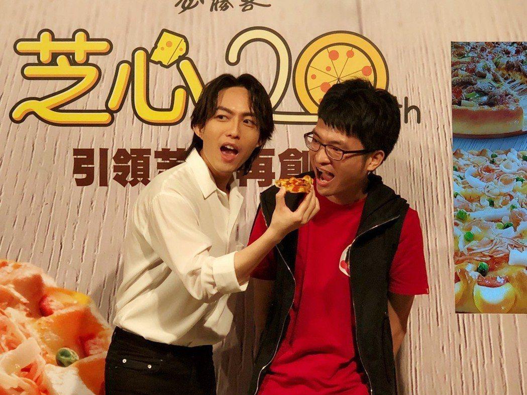 林宥嘉(左)餵粉絲吃披薩。記者許晉榮/攝影