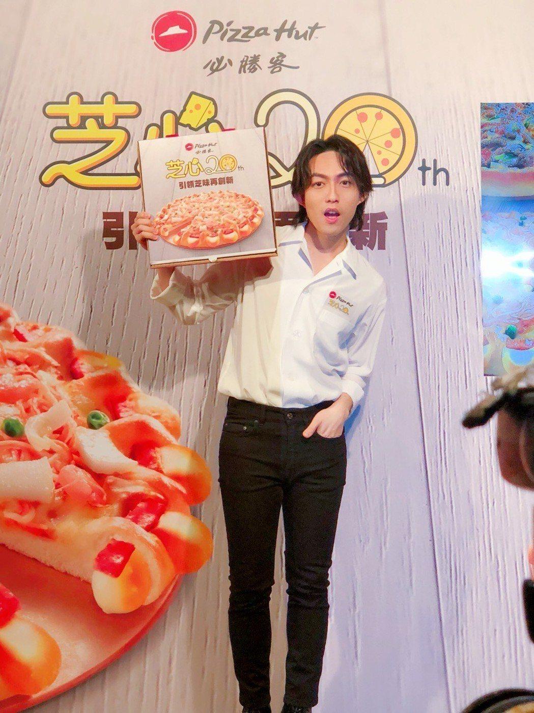 林宥嘉(左)擔任披薩代言人。記者許晉榮/攝影