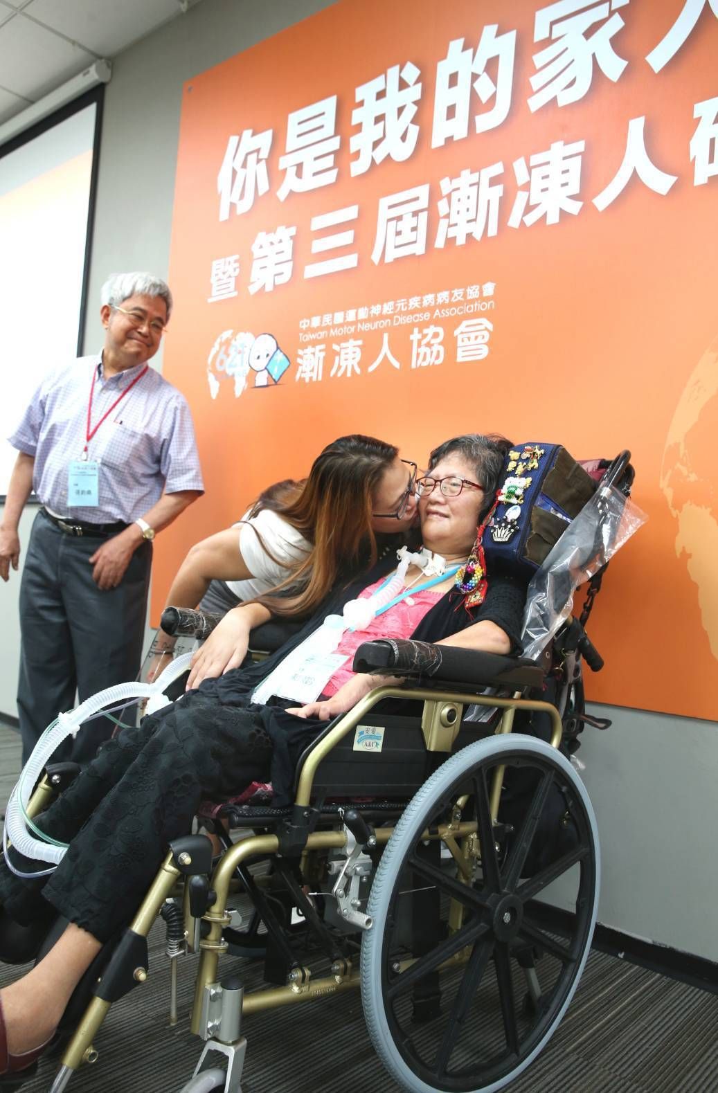 漸凍病友陳銀雪(圖右)今天向陪伴她13年的菲籍看護Rina(圖中)「說」出自己的...