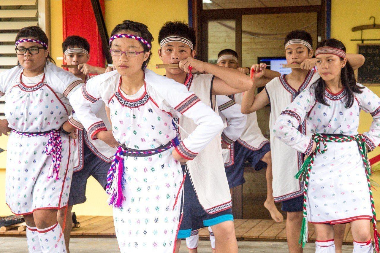 秀林鄉村民在揭牌儀式中表演舞蹈。記者蔡翼謙/攝影