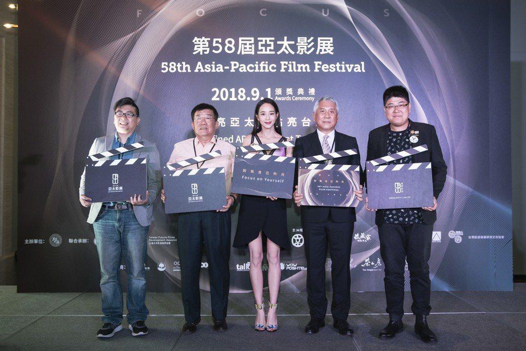 張鈞甯(中)與第58屆亞太影展團隊宣告9月1日在台舉行頒獎典禮。圖/亞太影展提供
