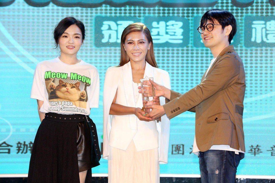 徐佳瑩(左)的「言不由衷」一曲由艾怡良(中)作詞、作曲,被選為年度十大單曲。圖/...