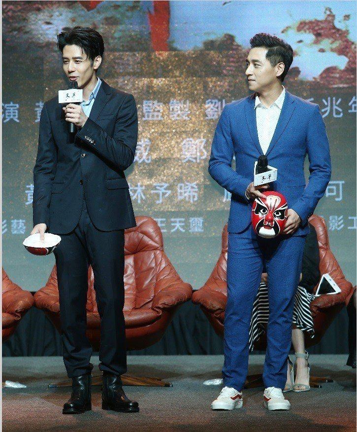 胡宇威(左)與鄭人碩將在「寒單」中體演肉身被鞭炮炸的滋味。記者杜建重/攝影