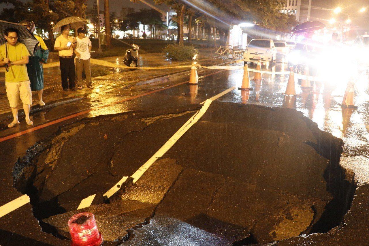 台南建平九街、建平路交叉口今天傍晚陷落長、寬各約5公尺、4公尺,深約1公尺多的大...