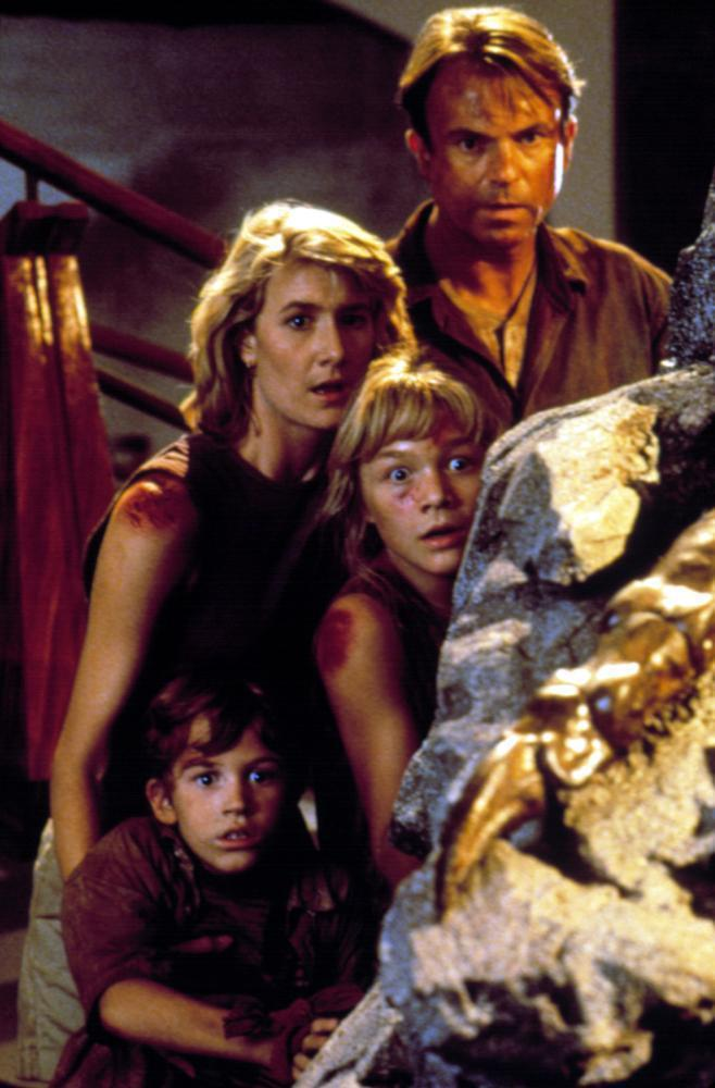 「侏羅紀公園」中的兩姊弟由當年都是童星的艾莉安娜李察茲、約瑟夫馬札羅扮演。圖/摘...