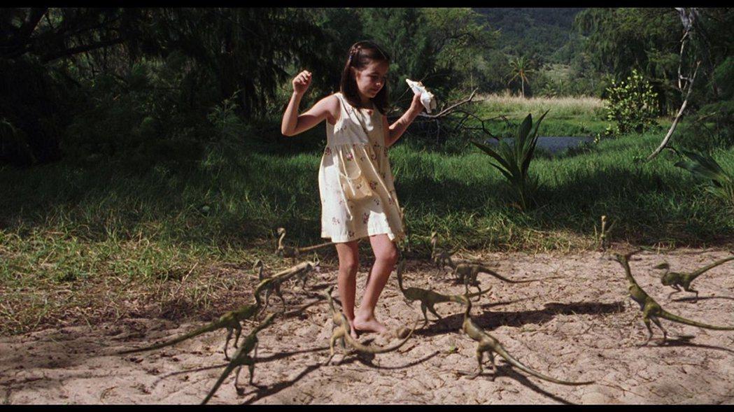 「失落的世界:侏羅紀公園」一開場就是才10歲的卡蜜拉貝兒被恐龍攻擊。圖/摘自im