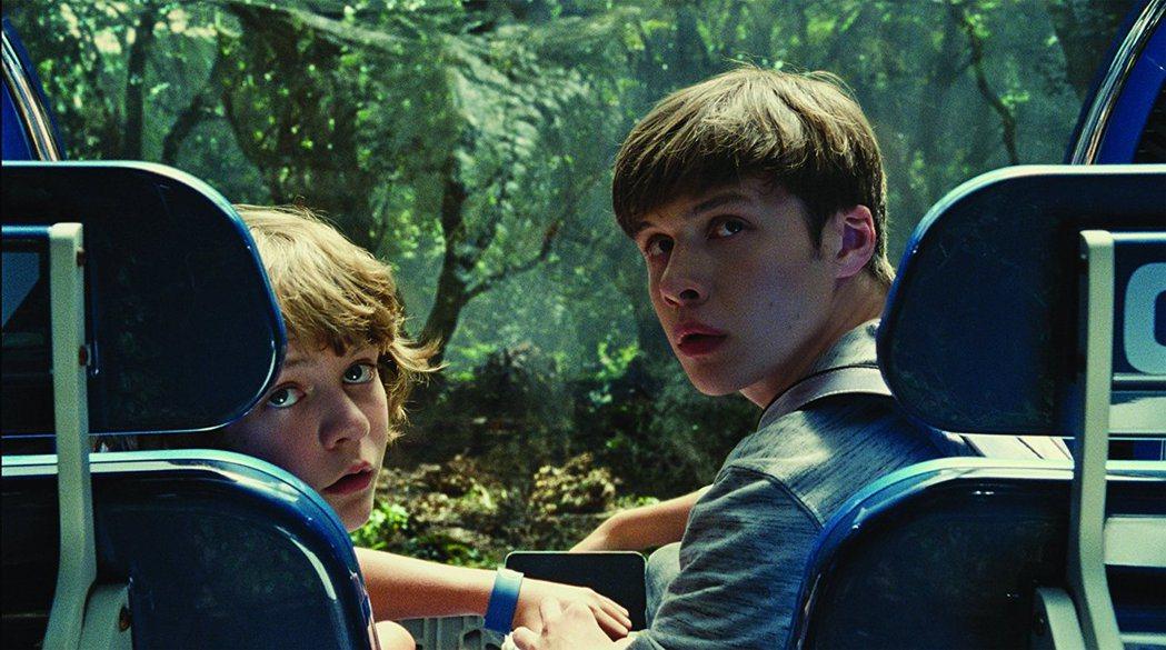 「侏羅紀世界」中尼克羅賓森(右)降齡演中學生。圖/摘自imdb