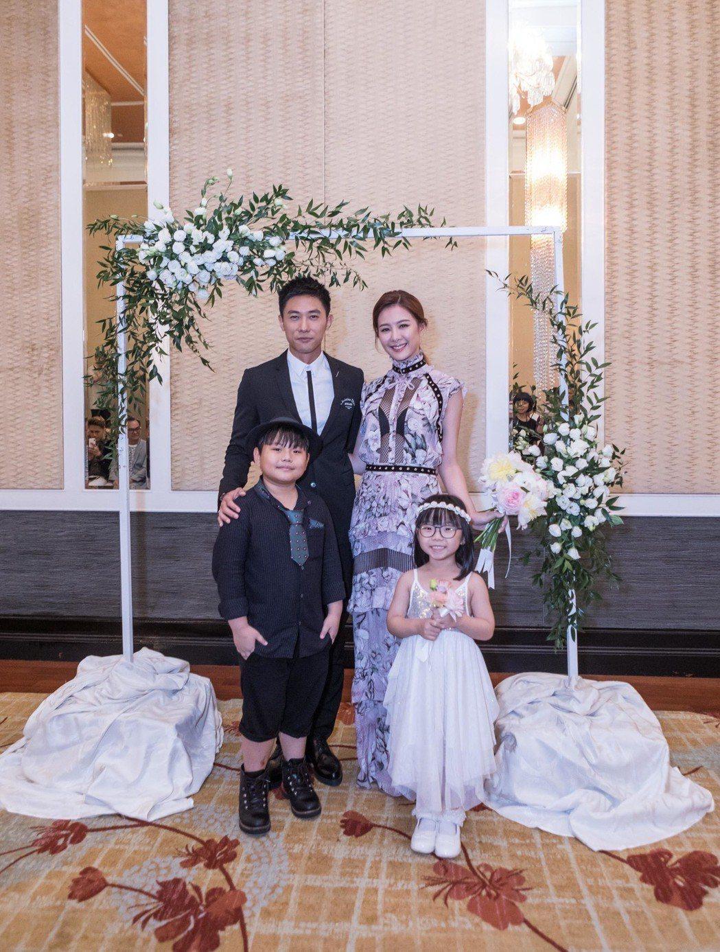 安心亞和陳泂江由花童陪伴步上婚禮會場。圖/華映提供