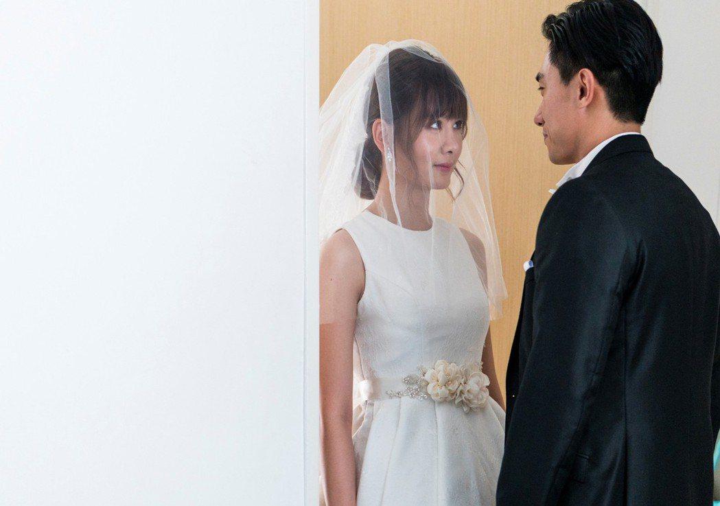 安心亞的婚紗設計簡單優雅又突顯她的好身材。圖/華映提供