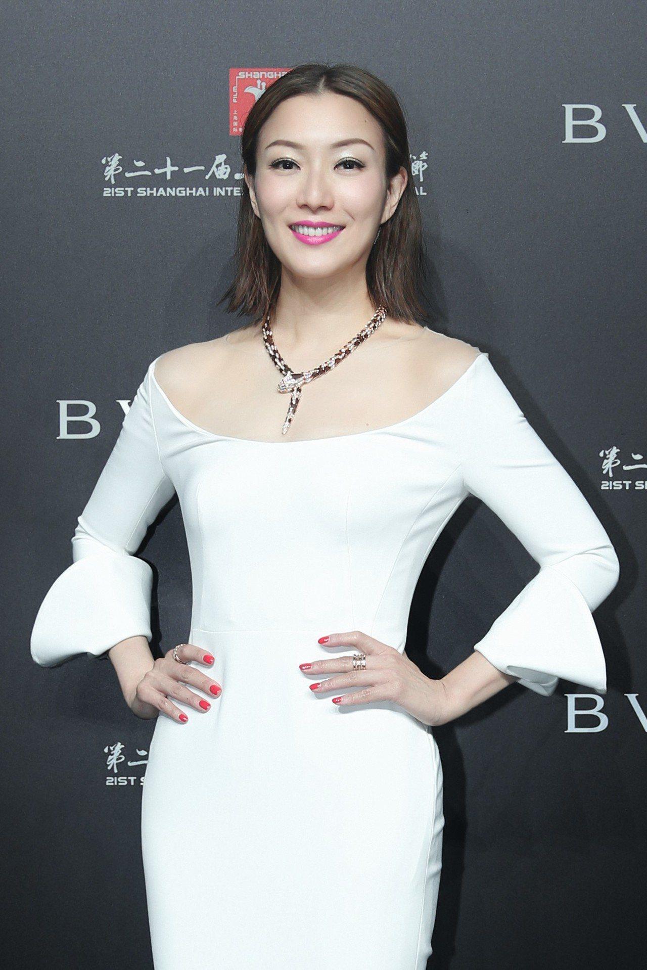 知名女星鄭秀文配戴寶格麗Serpenti系列項鍊出席開幕上海國際電影節開幕晚會。...