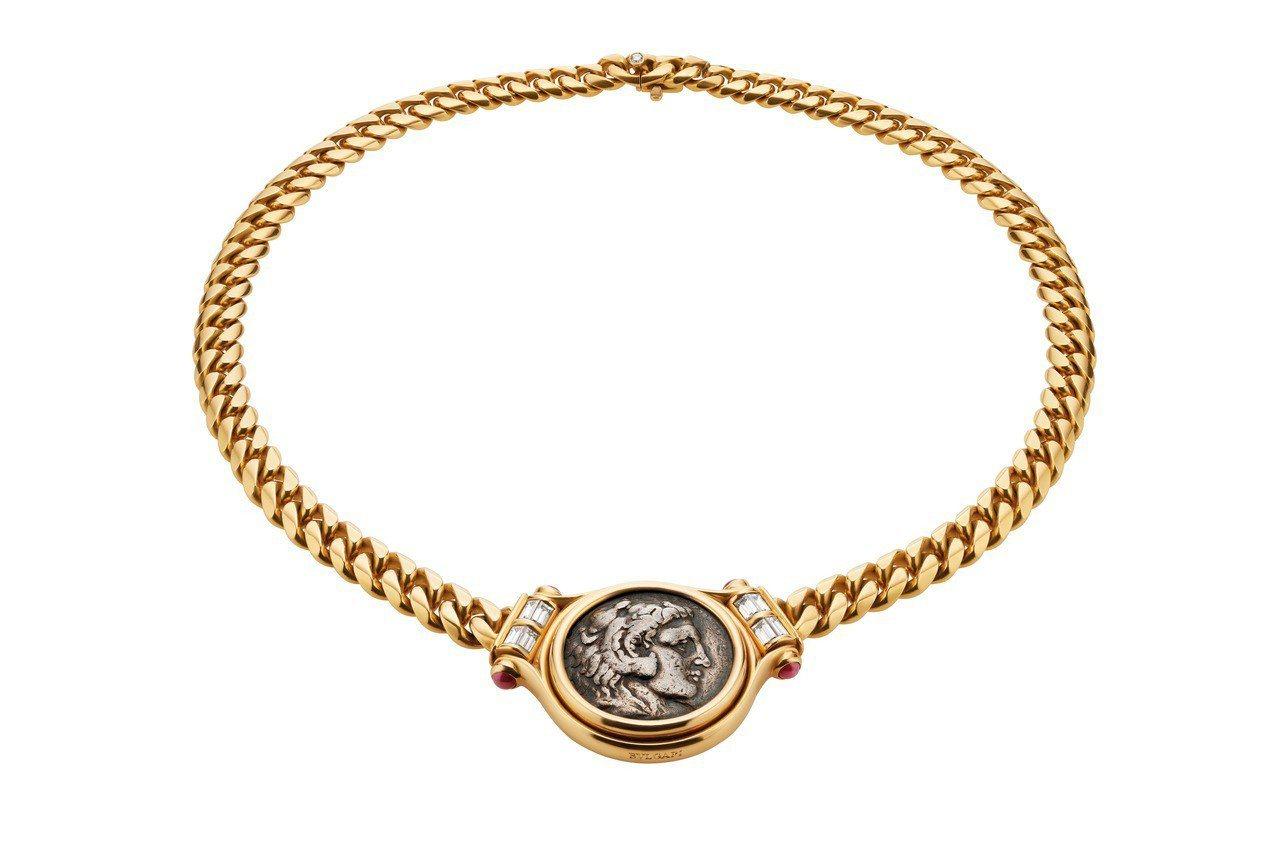 吳亦凡配戴的BVLGARI Hertaige典藏系列古幣鑽石與紅寶石項鍊,創作時...