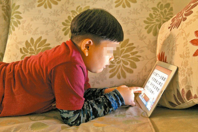 網路普及,罹患網路遊戲成癮症的學童、青少年愈來愈多,專家建議,家長應教導孩子如何...