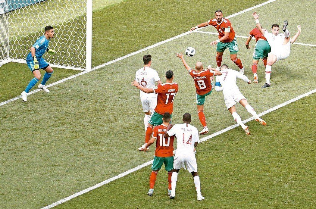 對戰摩洛哥,C羅頭錘破網(7號球衣),這是他本屆第4顆進球。(路透)