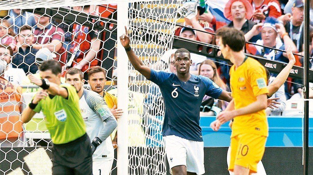 法國博格巴(右二)為球隊攻進第二球,靠著球門線監控技術判定確認進球。 美聯社