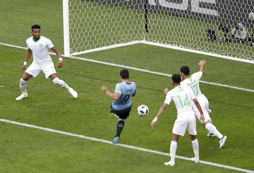 烏拉圭出戰沙烏地,烏拉圭蘇亞雷斯(中)踢進致勝球。美聯社