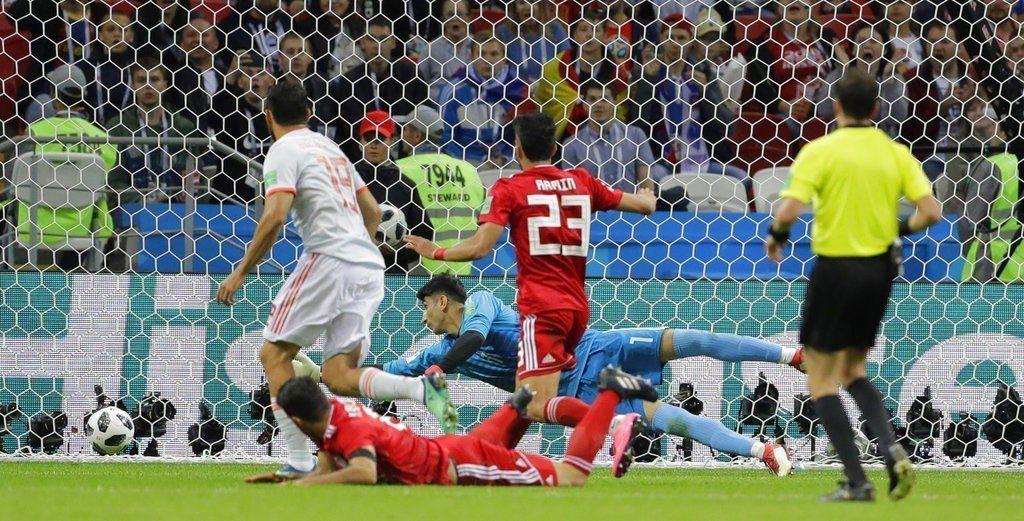 西班牙隊科斯塔(左)進球剎那。美聯社