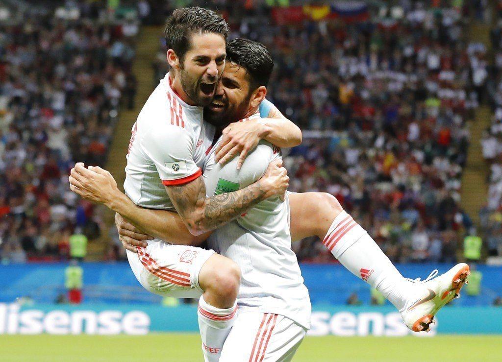 西班牙科斯塔進球後和隊友相擁慶祝。 美聯社