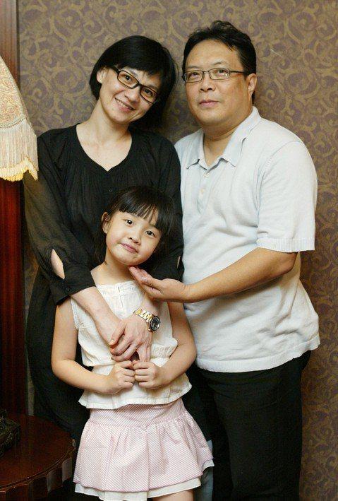以「愛我」、「斷了線」一曲走紅的46歲馬來西亞歌手柯以敏,傳出老公黃國輔因腎衰竭過世,享年57歲,黃國輔是柯以敏的經紀人,曾擔任劉家昌助理,19年前和柯以敏結婚,他近年身體狀況不好,罹患家族遺傳的多...
