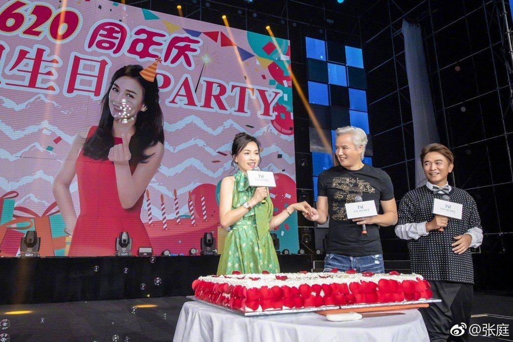 張庭(左)在南京過生日,林瑞陽為其慶生。圖/摘自微博