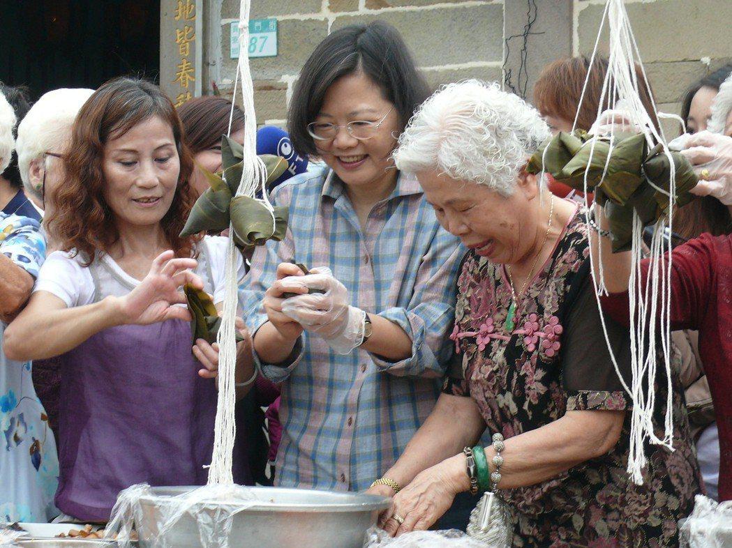2010年,蔡英文(中)到北縣貢寮鄉龍門村,向當地的婆婆媽媽學包粽子。 圖/聯合...