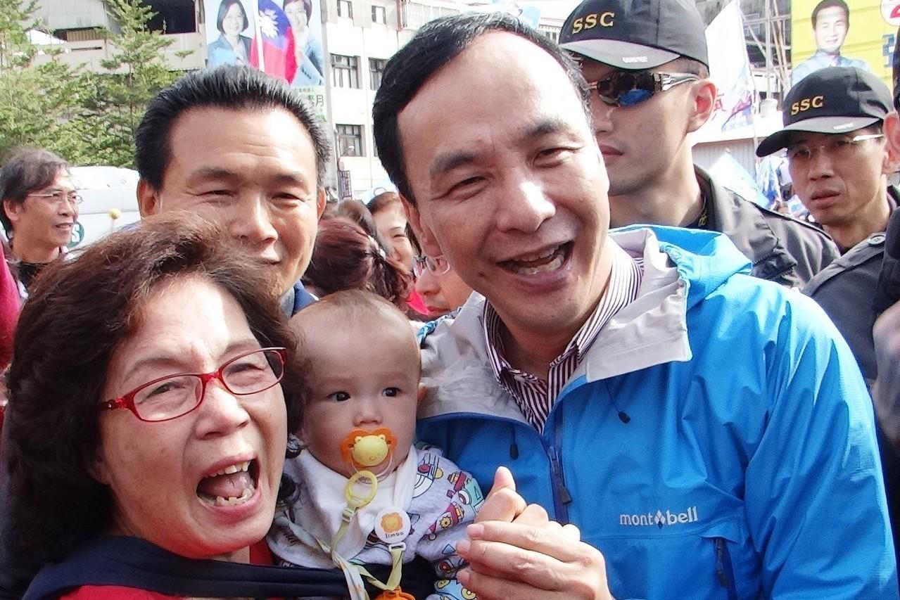 2016年,國民黨總統候選人朱立倫到員林市掃街,受到支持者熱情歡迎。 圖/聯合報...