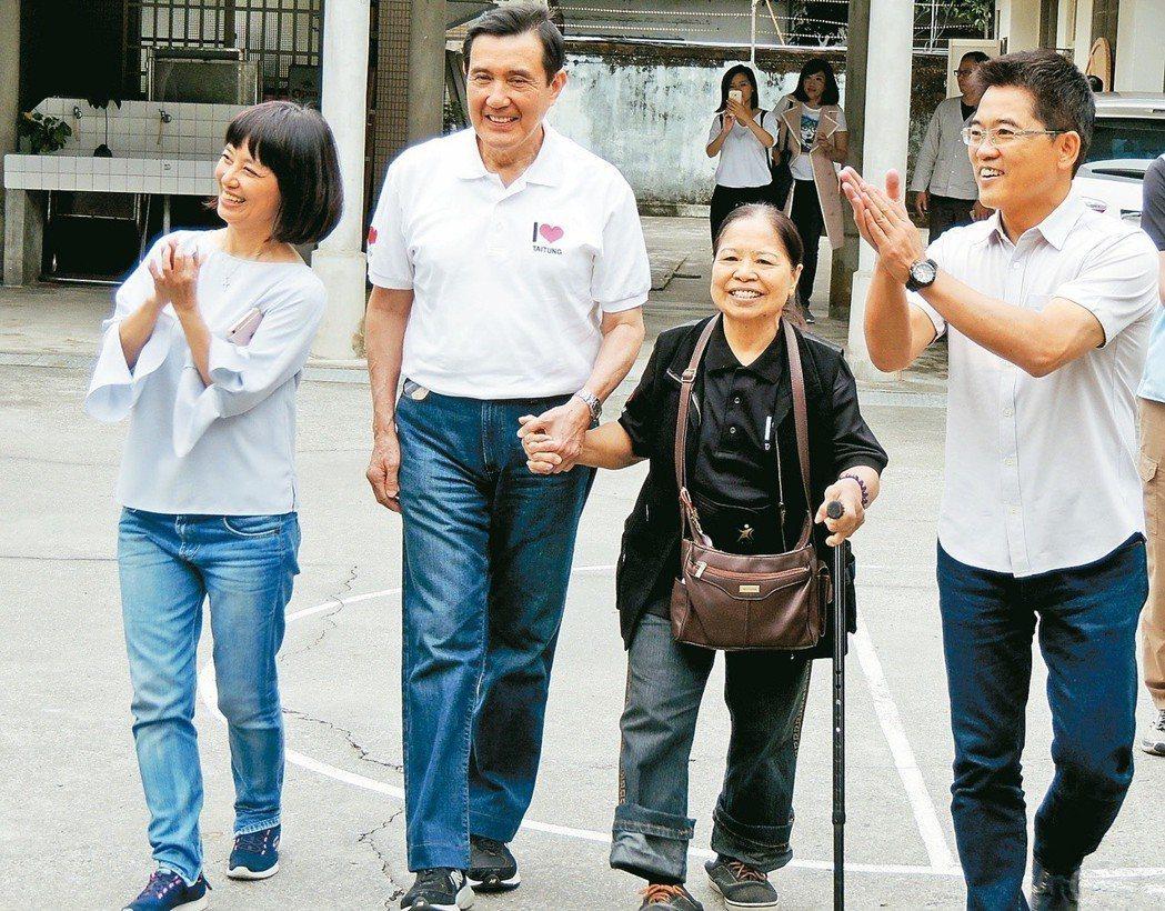 愛心菜販阿嬤陳樹菊(右二)日前鼓勵前總統馬英九再選總統。 圖/聯合報系資料照片