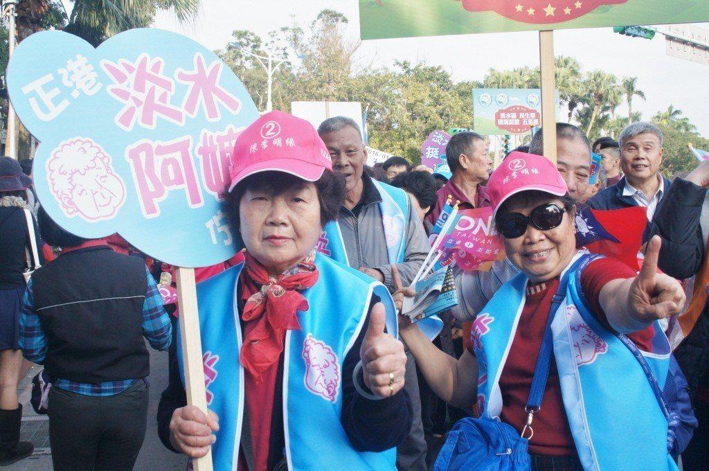 2016年總統大選期間,「淡水阿嬤」喬林如明(左)現身國民黨「為台灣安定而走、你...
